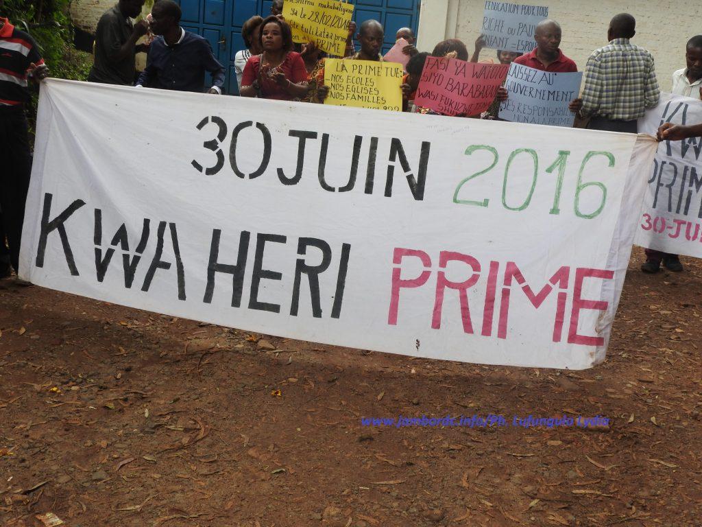 Dossier prime dans des écoles : sit in des parents devant le bureau de la Coordination des écoles conventionnées catholiques à Bukavu