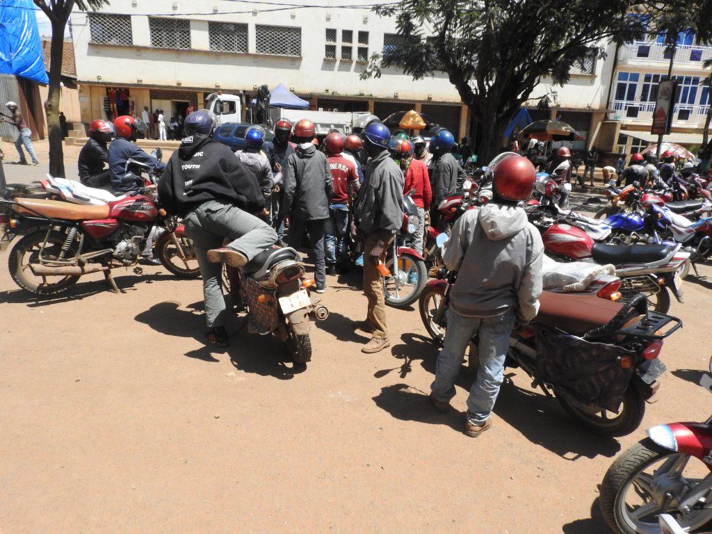 Sud-Kivu : Trois plaques d'immatriculation offertes par les services étatiques, les motards ne savent plus à quel saint se vouer