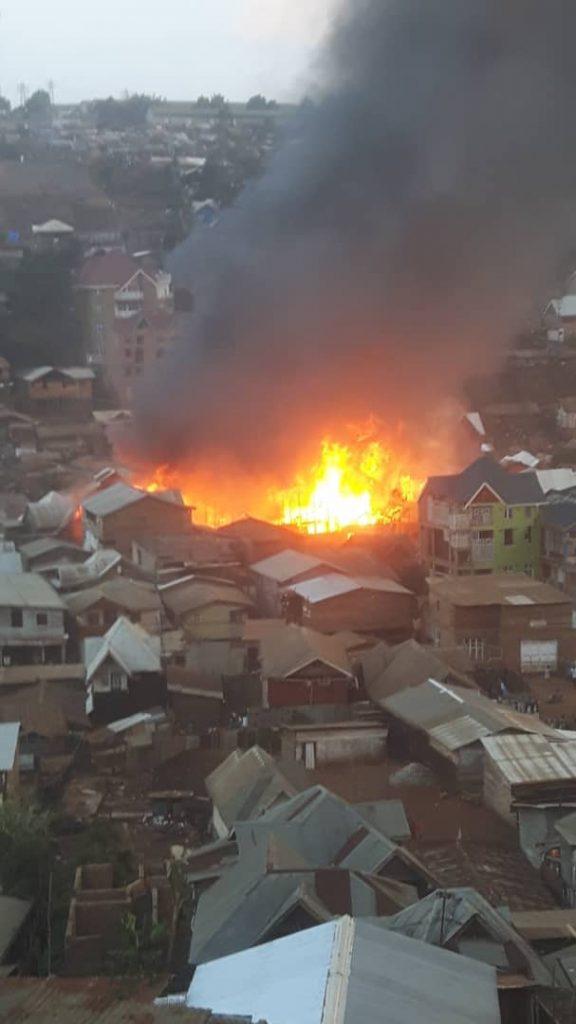 Incendie à Nyalukemba/Bukavu: les pompiers font face aux flammes, avec un bilan lourd à la clé