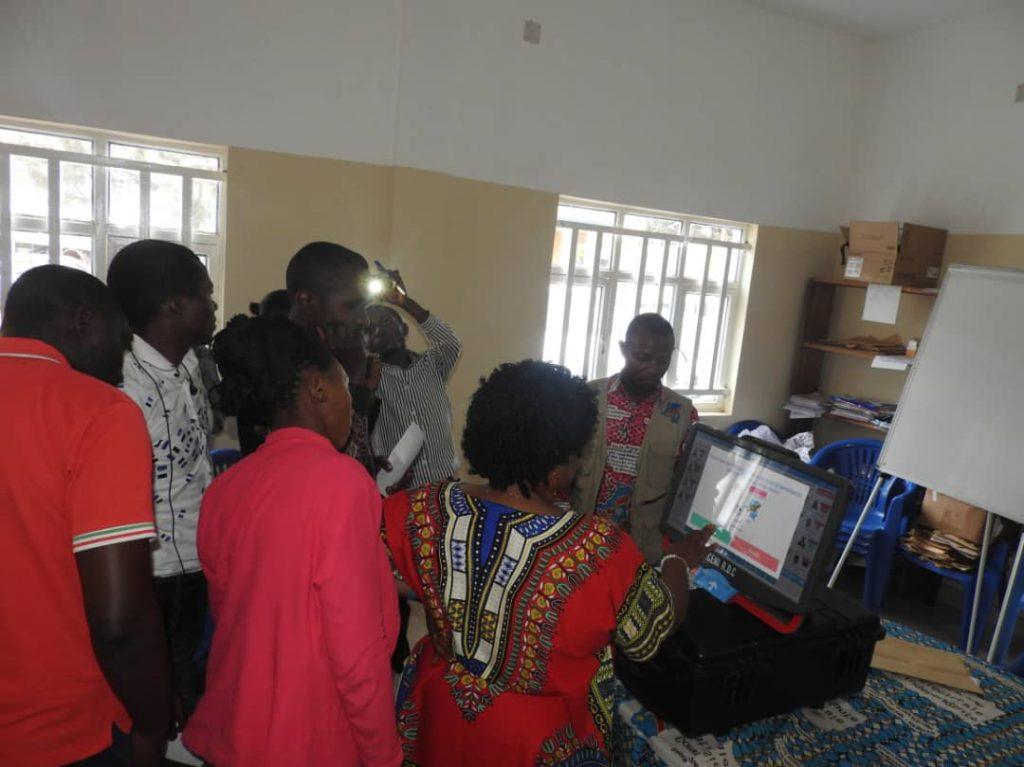 Bukavu: Les journalistes se familiarisent avec la machine à voter