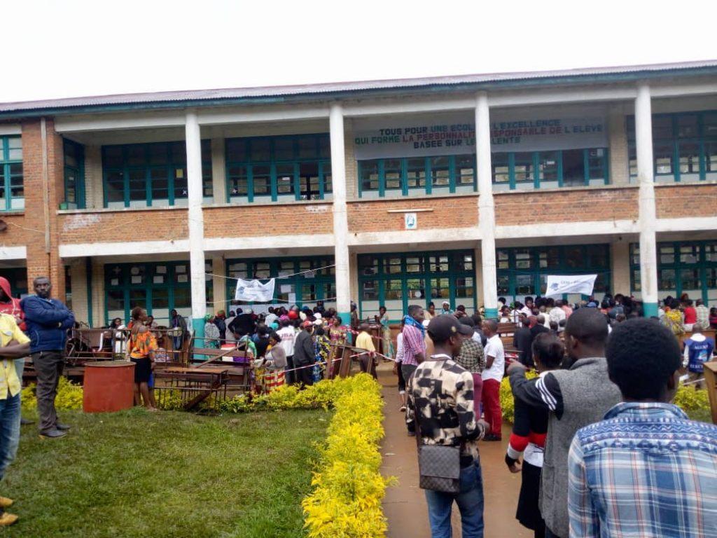 Bukavu: Au lycée Nyakavogo, les présidents des bureaux de vote ordonnent de prendre les cartes des électeurs sur la file d'attente