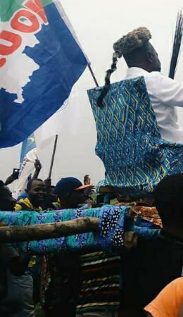 Mbandaka: Martin Fayulu transporté sur un fauteuil ambulant porté sur les épaules