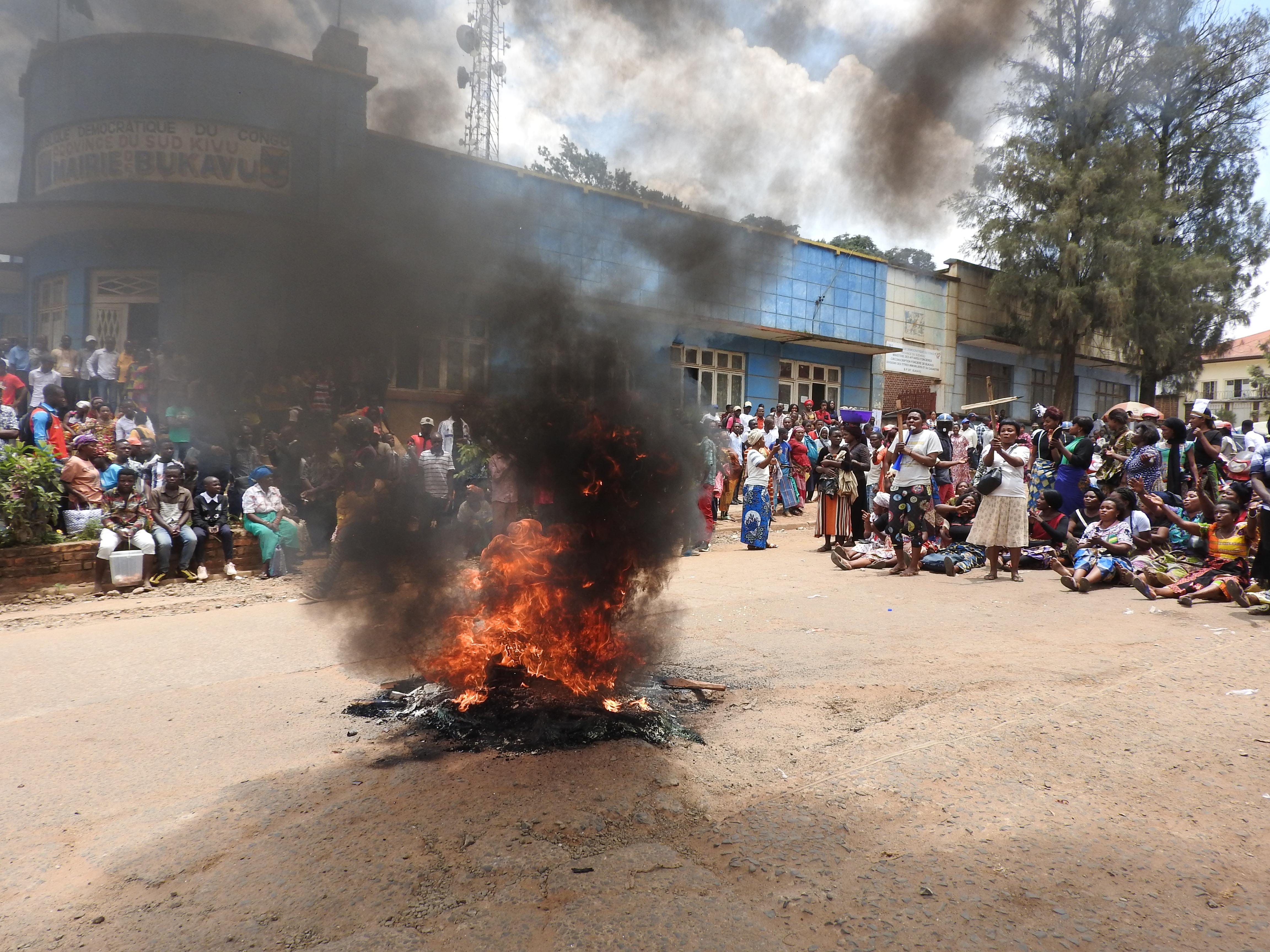Bukavu : Sit in des vendeurs des souliers usagés au marché de Kadutu devant la Mairie de depuis ce matin