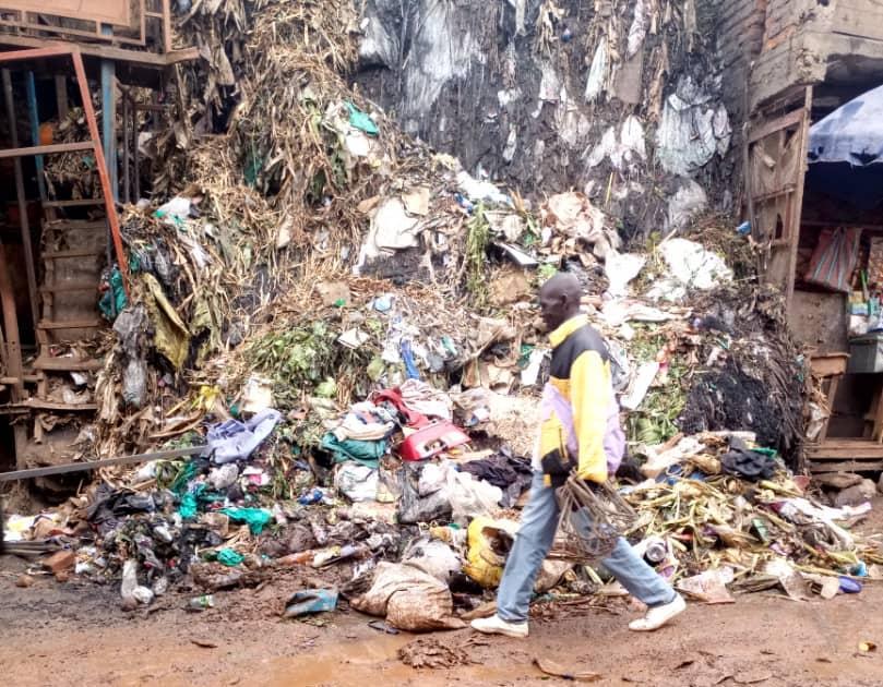 Bukavu : Le tronçon routier Nyawera-Mukukwe envahit par les déchets du marché Nyawera