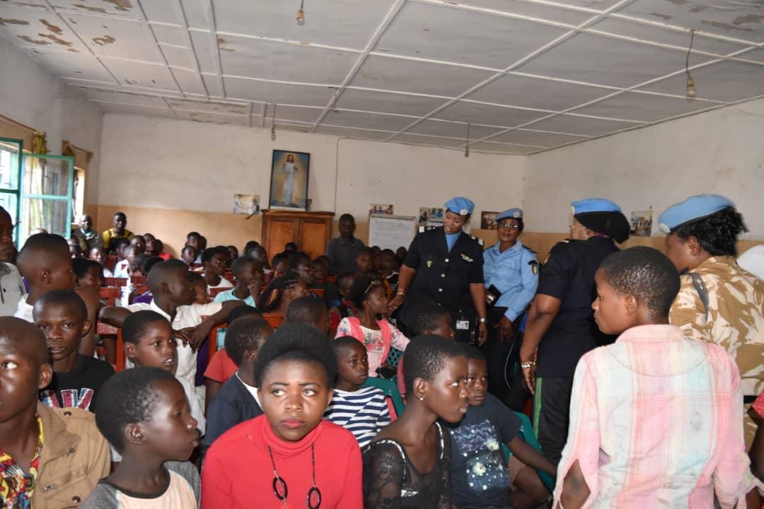 Sud-Kivu: La meilleure policière des Nations Unies 2019, IPO Seynabou DIOUF aux côtés des enfants orphelins du centre PEDER