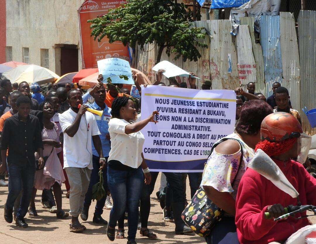 Bukavu: des étudiants de l'ISDR ressortissants d'Uvira en marche dénonçant la discrimination administrative