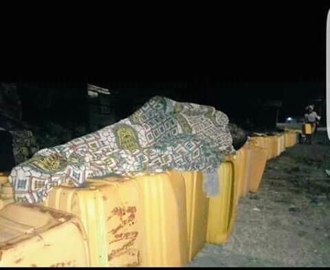 Pénurie d'eau à Goma : Des habitants de Katoyi passent des nuits devant les bornes fontaines