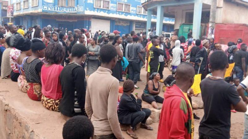 Bukavu : Des sinistrés de Nyamugo barricadent la route industriel pour revendiquer leur don venu de Kinshasa