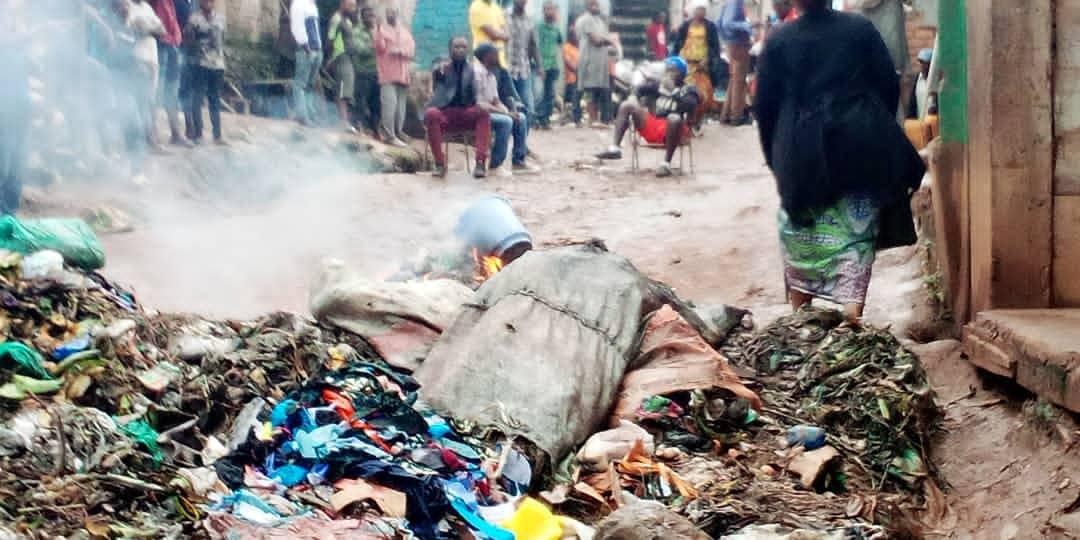Bukavu : Des jeunes en colère barricadent la route Nyawera-Mukukwe pour exiger l'évacuation des déchets