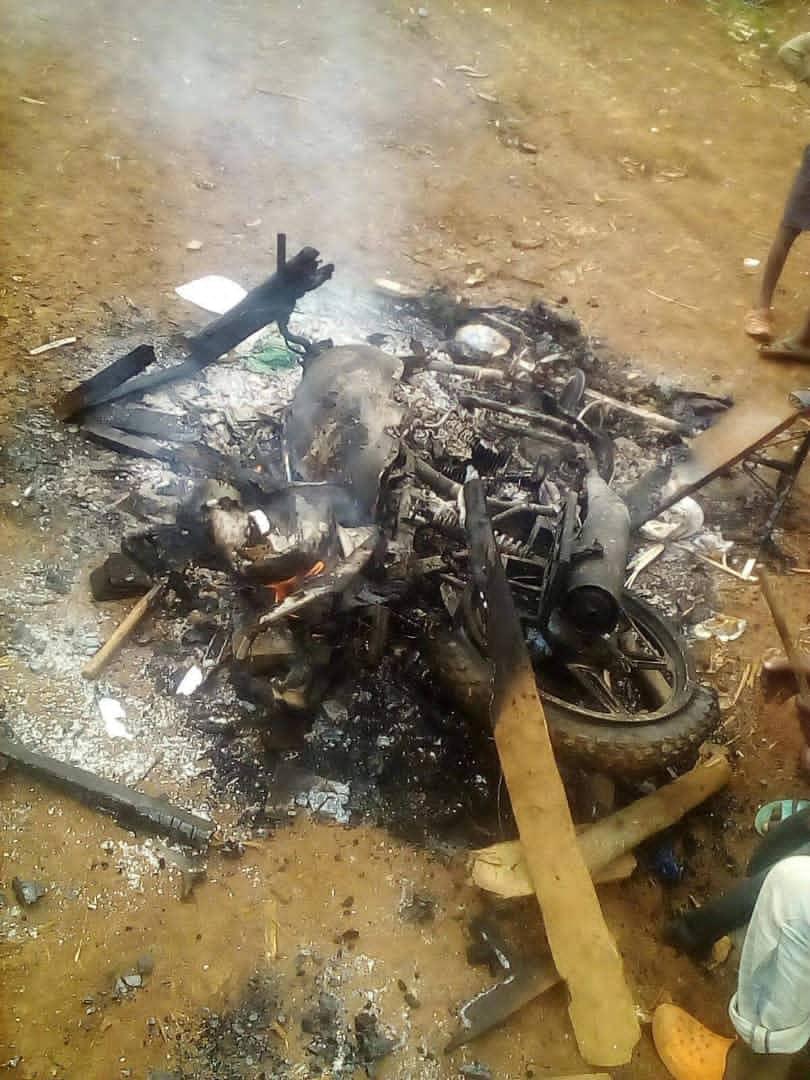 Kabare : Un policier met fin à la vie d'un homme, des habitants brûlent les documents et la moto du commissariat