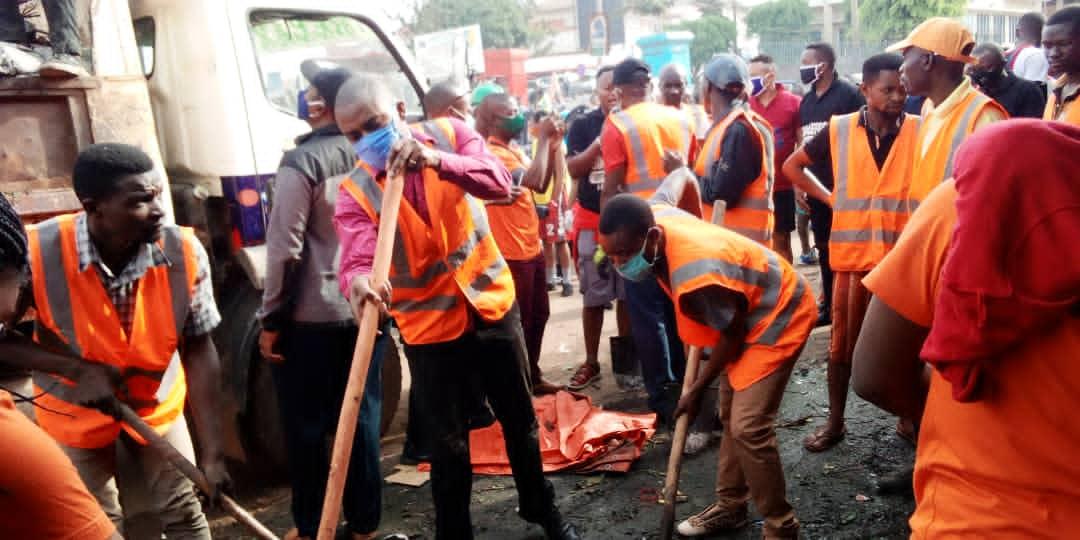 """Bukavu : Des lauréats du prix """"Patriote en Or"""" de la NDSCI en guerre contre l'insalubrité au marché de Nyawera"""
