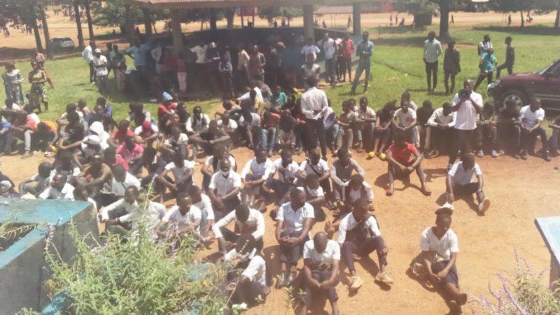 Nord-Kivu : Les élèves en Sit-in devant la mairie de Beni pour réclamer la réouverture des écoles fermées suite aux journées ville morte décrétées par les groupes de pression