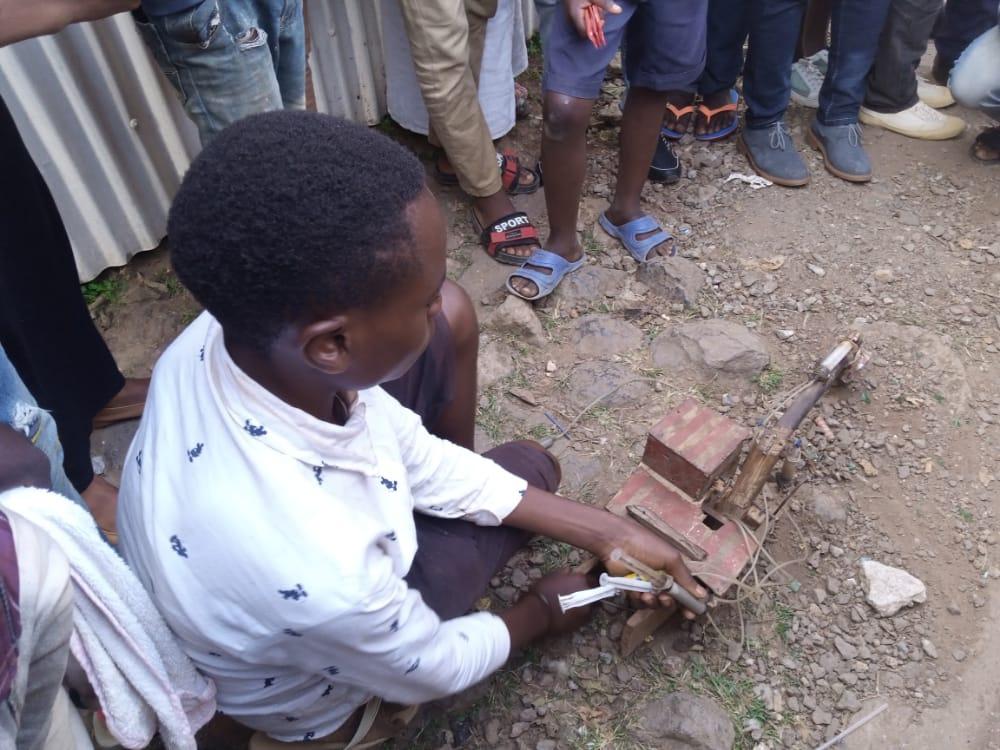 Bukavu/jeune talent: Un enfant de 17ans monte un prototype d'une pelle hydraulique