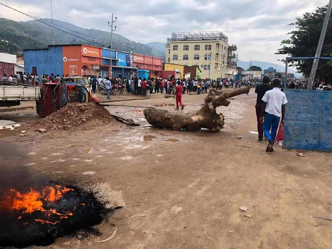 Uvira : Assassinat d'un défenseur judiciaire à Mulongwe, la population en colère incendie un poste de la police